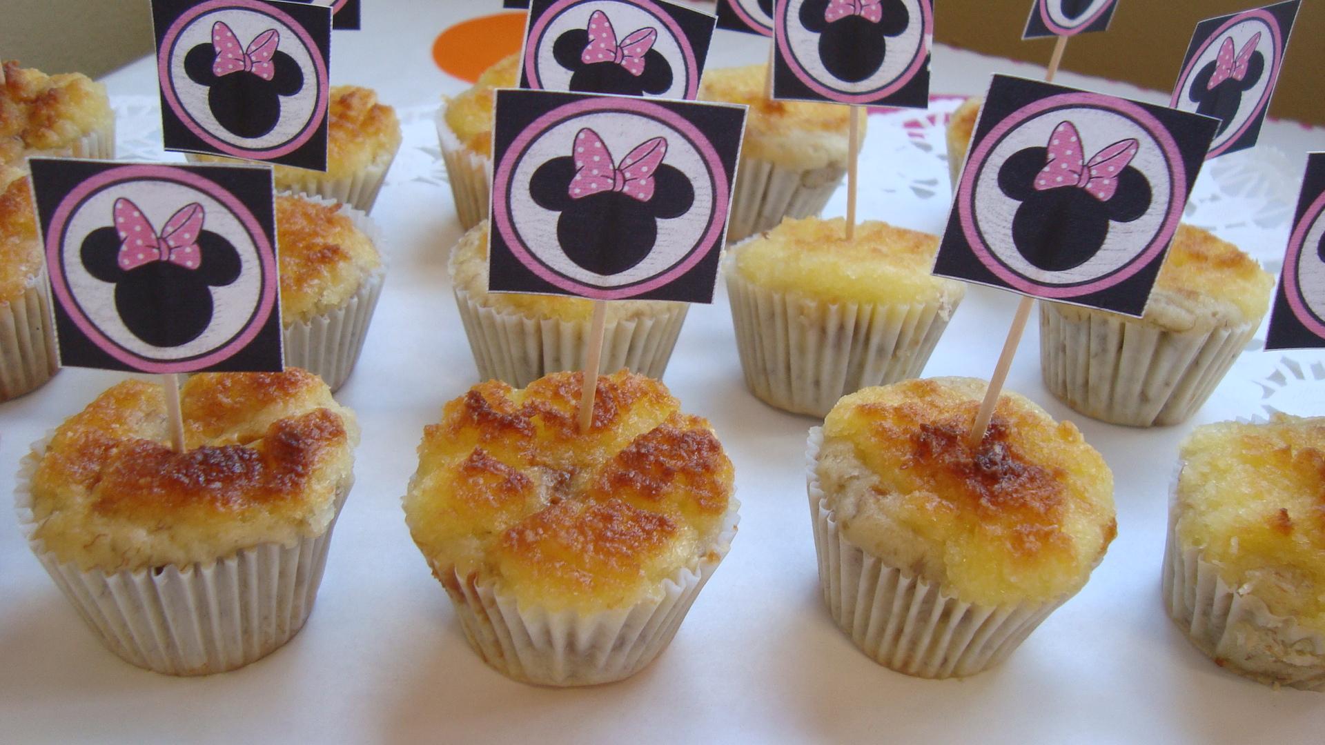 ... de coloridos popcakes de vainilla y cardamomo, bañados en chocolate y